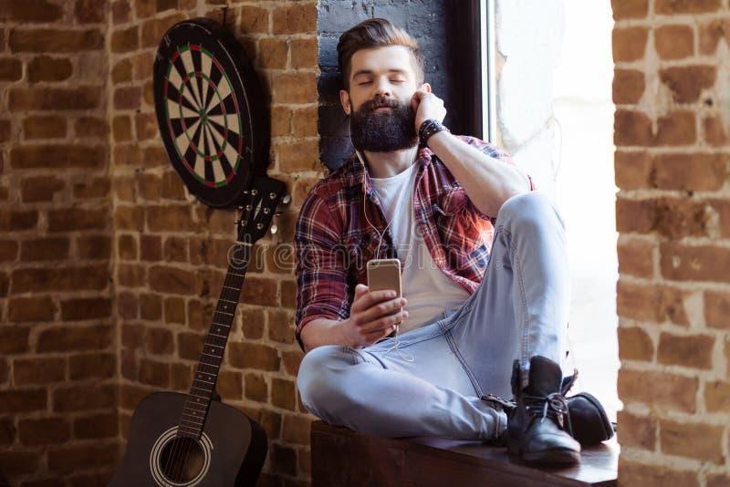 Músico barbudo elegante fotos de archivo libres de regalías