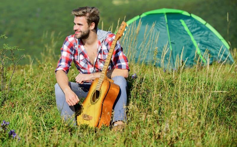 Músico buscando inspiração Terras altas das férias de verão Dreamy Wanderer Tempo agradável sozinho Humor pacífico imagem de stock royalty free