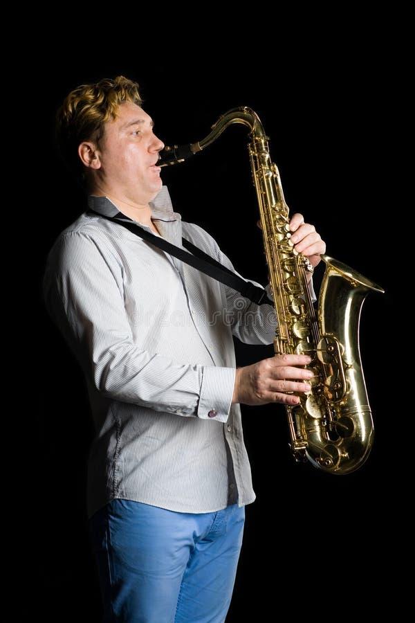 Músico com um saxofone imagem de stock