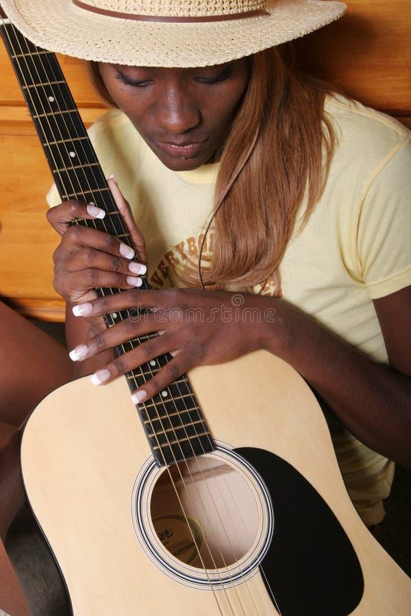 Músico con su guitarra imagen de archivo