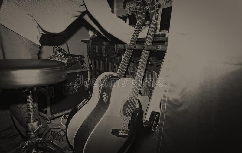 Músico con sus guitarras en el ambiente del vintage fotos de archivo libres de regalías