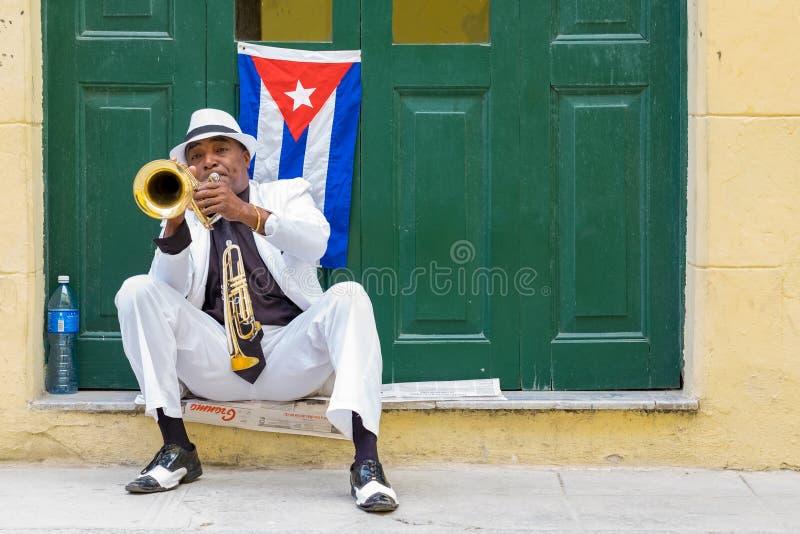 Músico cubano que joga a trombeta em Havana velho imagens de stock royalty free