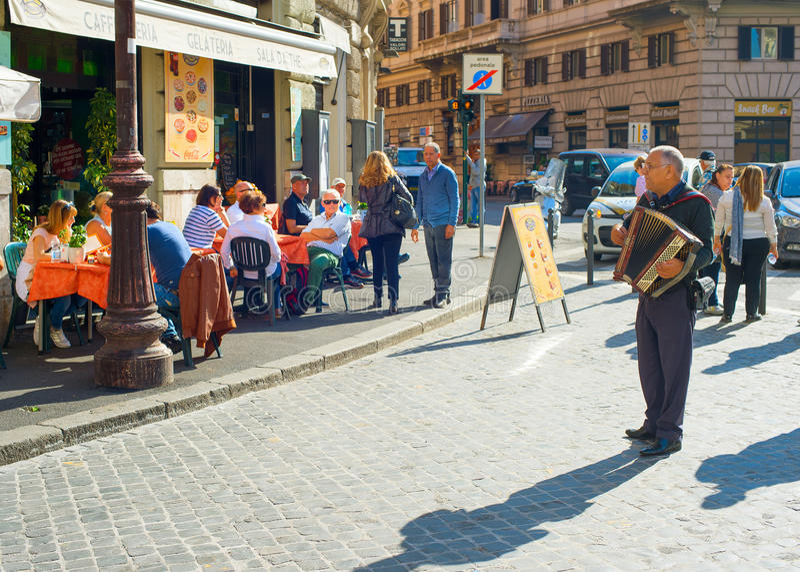 Músico da rua de Roma, Itália imagens de stock
