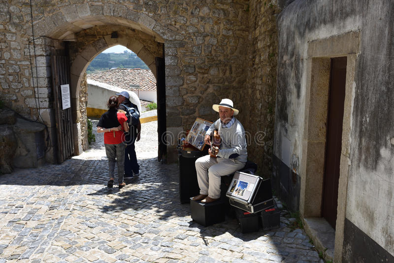 Músico da rua em Obidos, Portugal fotos de stock royalty free