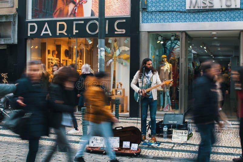 Músico da rua em uma das ruas na baixa velha fotos de stock royalty free