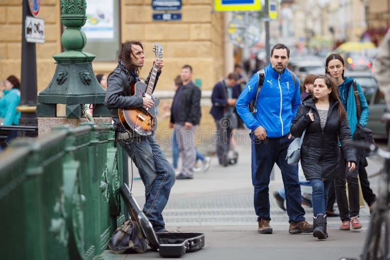 Músico da rua que joga na ponte italiana St Petersburg, Rússia foto de stock royalty free