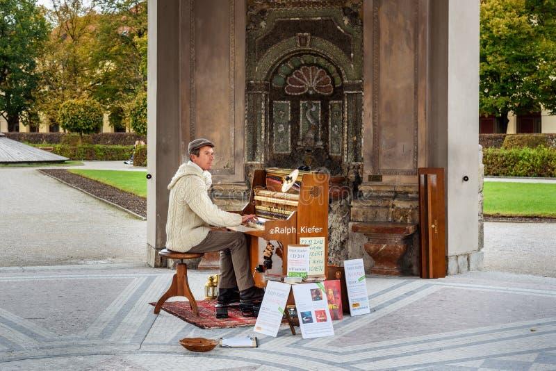 M?sico da rua que joga o piano em Diana Temple no jardim Munich Hofgarten em Munich germany foto de stock