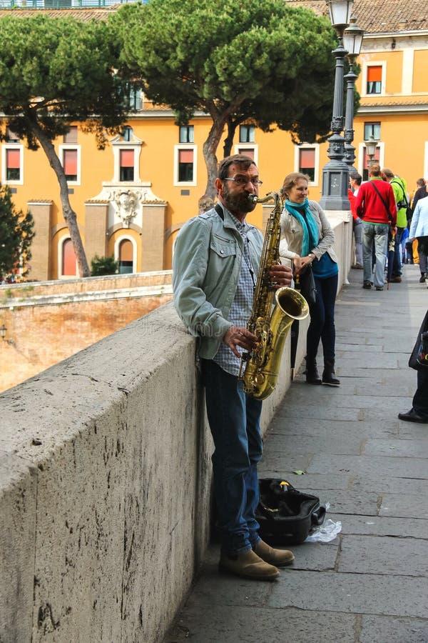Músico da rua que joga o saxofone em Roma, Itália fotografia de stock