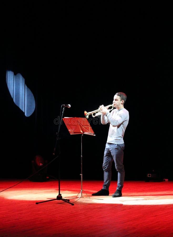 Músico da trompetista em projetores vermelhos imagens de stock royalty free