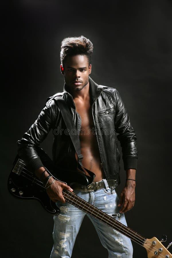 Músico de couro afro-americano da estrela do rock fotografia de stock