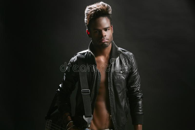 Músico de couro afro-americano da estrela do rock fotos de stock