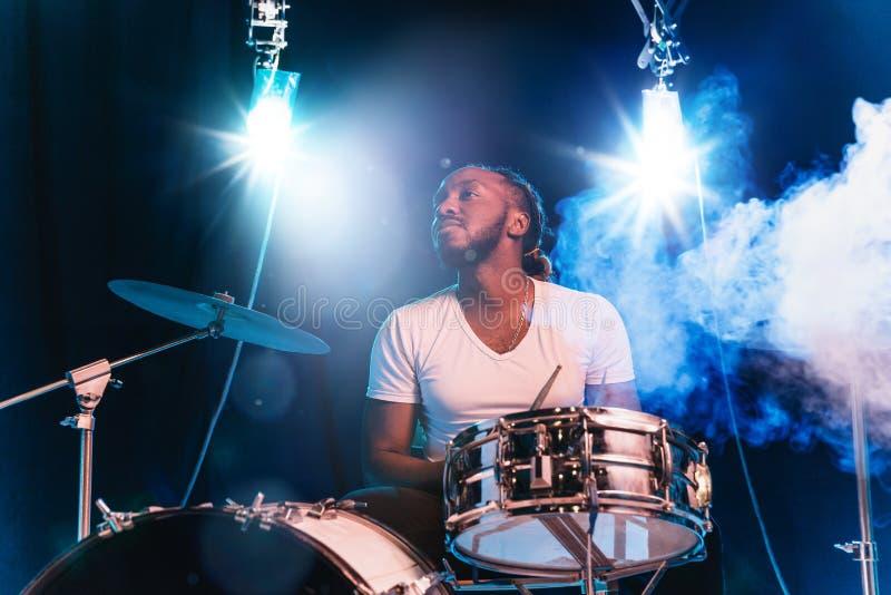 Músico de jazz afro-americano novo que joga cilindros imagem de stock