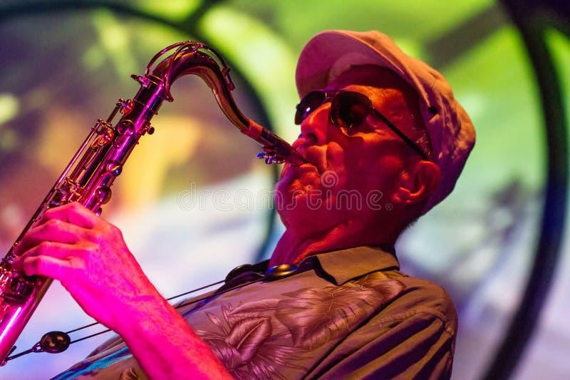 Músico de jazz que toca el saxofón imagen de archivo