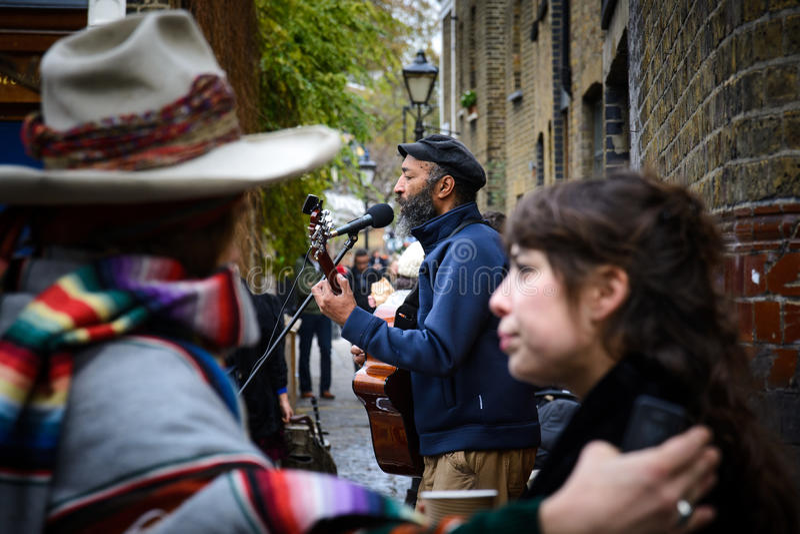 Músico de la calle en el mercado de la flor del camino de Columbia Londres foto de archivo