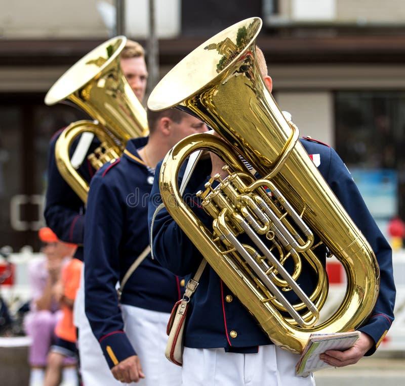 Músico de la calle que juega la tuba fotografía de archivo