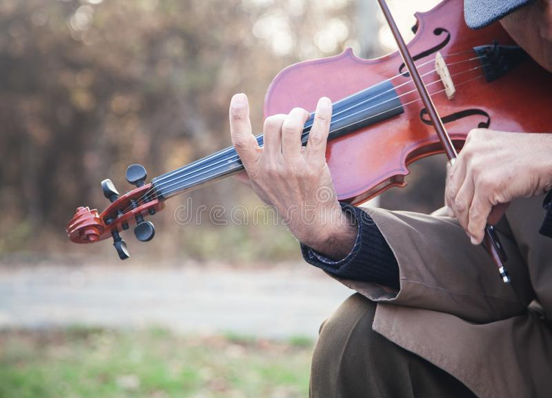 Músico de la calle que toca el violín imagen de archivo libre de regalías