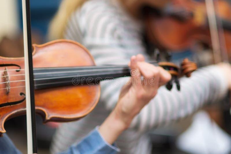 M?sico de la calle que toca el viol?n en las calles fotografía de archivo libre de regalías
