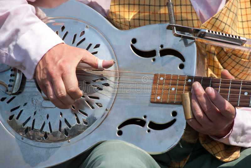 Músico de la calle que toca una guitarra del dobro imagenes de archivo