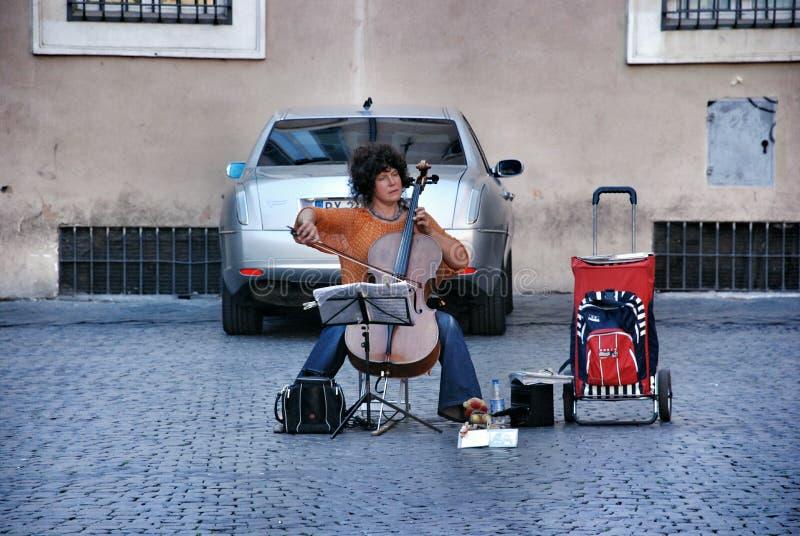 Músico de la mujer de la calle en Roma fotografía de archivo