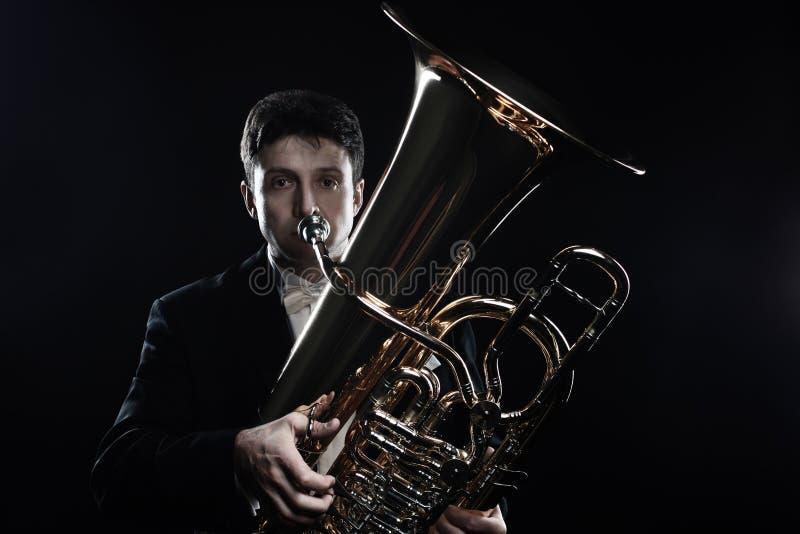 Músico de los instrumentos de cobre del jugador de la tuba imagen de archivo
