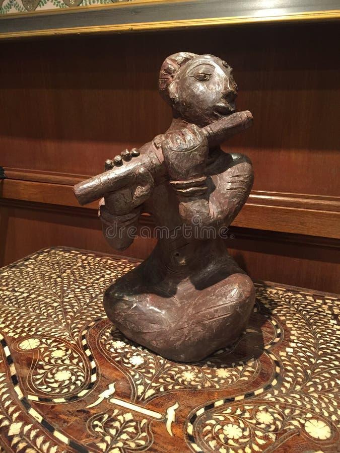 Músico de madeira que joga a flauta imagens de stock royalty free
