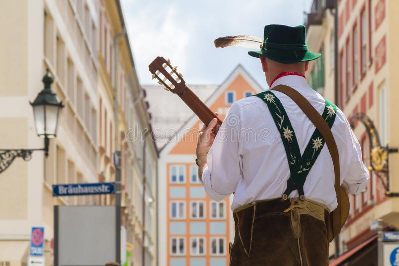 Músico de Oktoberfest do alemão na rua foto de stock