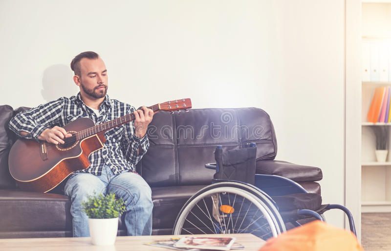 Músico deficiente sério que faz a música fotografia de stock royalty free
