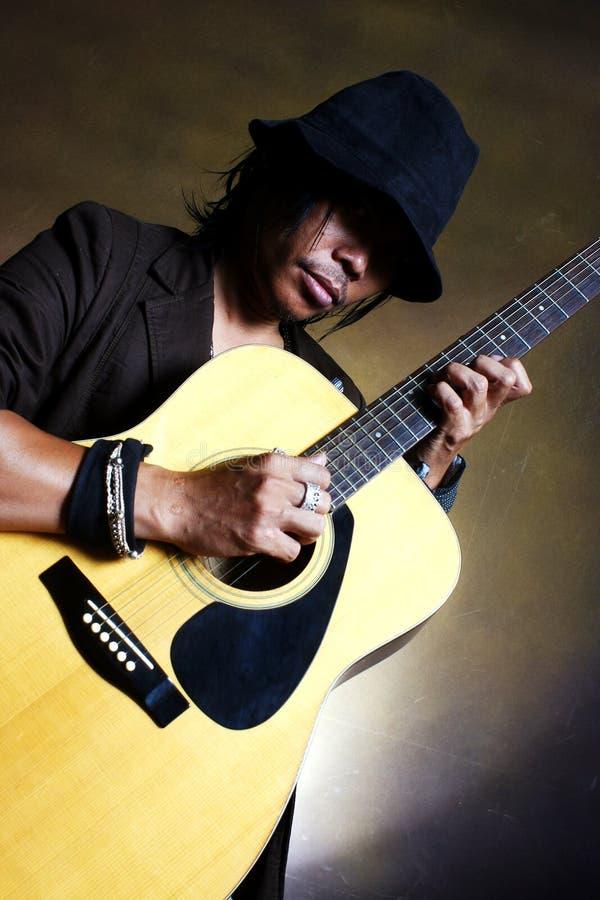 Músico del hombre de la guitarra fotografía de archivo