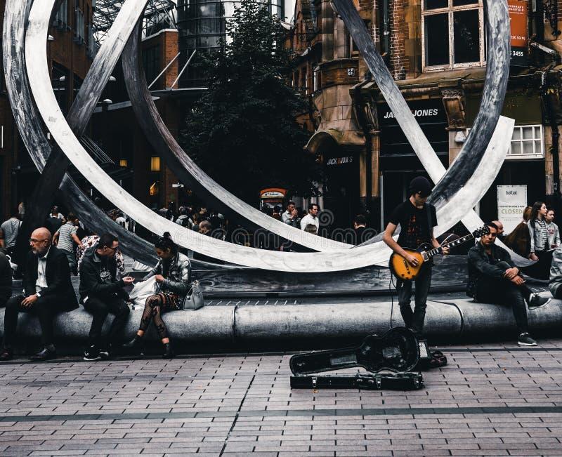 Músico delante del café de Starbucks fotografía de archivo libre de regalías