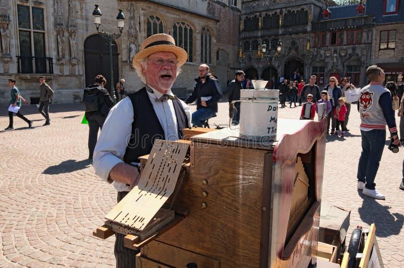 Músico do executor da música folk da rua em ternos nacionais na rua fotografia de stock royalty free
