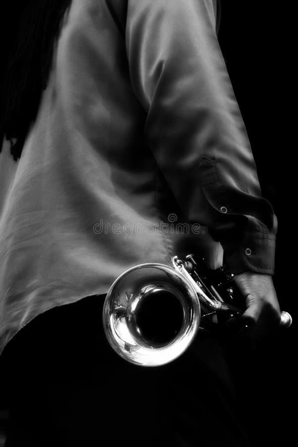 Músico dos azuis com trombeta fotografia de stock royalty free