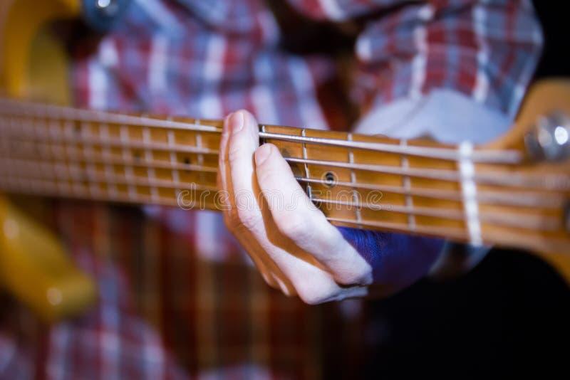Músico en club de noche - guitarrista que detiene la guitarra eléctrica de la mezcladora de audio, cierre fotografía de archivo