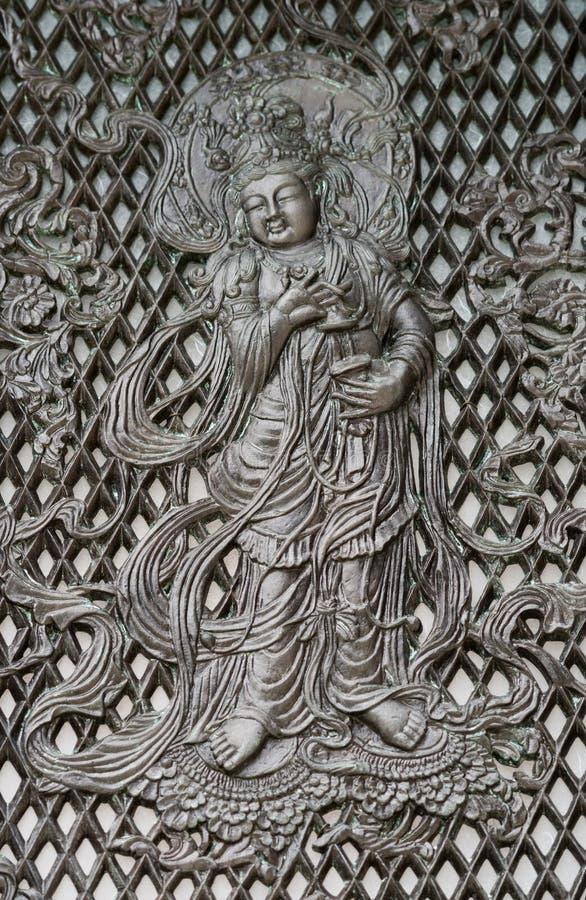Músico en la linterna octagonal histórica en el templo de Todai-ji fotos de archivo
