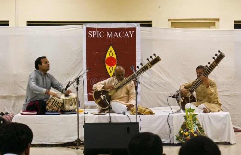 Músico indio prominente que juega el Sitar vivo imagenes de archivo