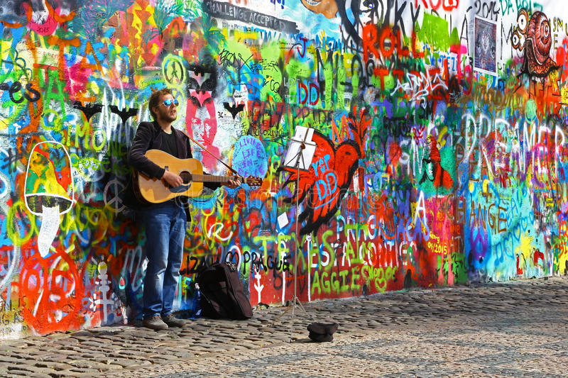 Músico At John Lennon Wall fotografia de stock