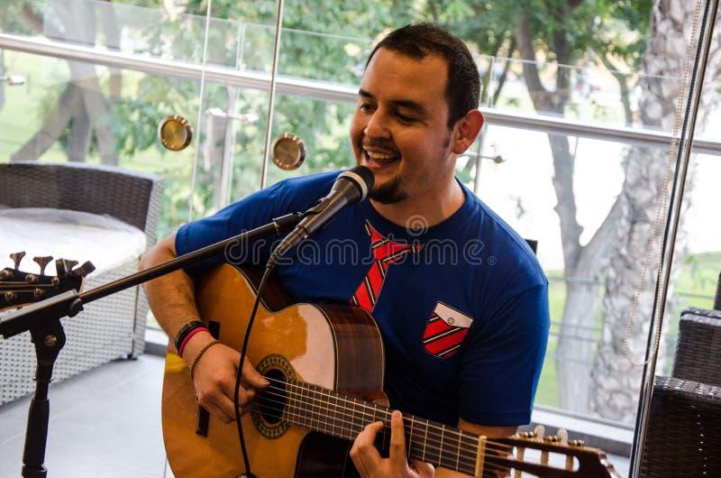 Músico joven hermoso que toca la guitarra foto de archivo libre de regalías