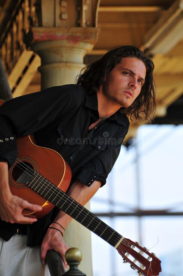 Músico masculino com guitarra imagens de stock royalty free