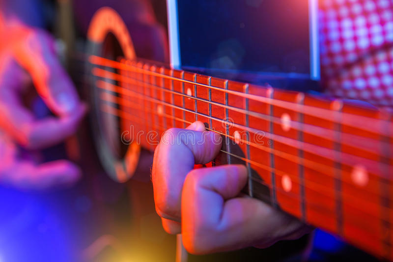 Músico masculino com uma guitarra acústica imagens de stock
