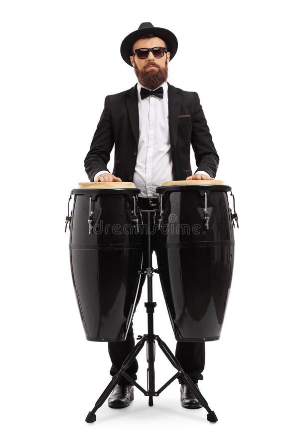 Músico masculino que joga em cilindros do conga imagens de stock