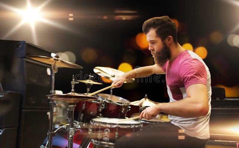 Músico masculino que joga pratos no concerto da música foto de stock royalty free