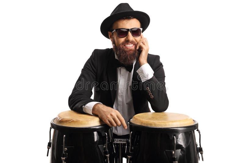 Músico masculino que levanta em cilindros do conga foto de stock royalty free