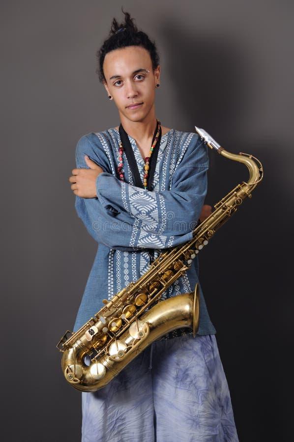 Músico novo com saxofone fotografia de stock royalty free