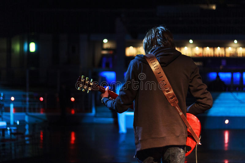 Músico novo da rocha na fase que joga a guitarra imagens de stock royalty free