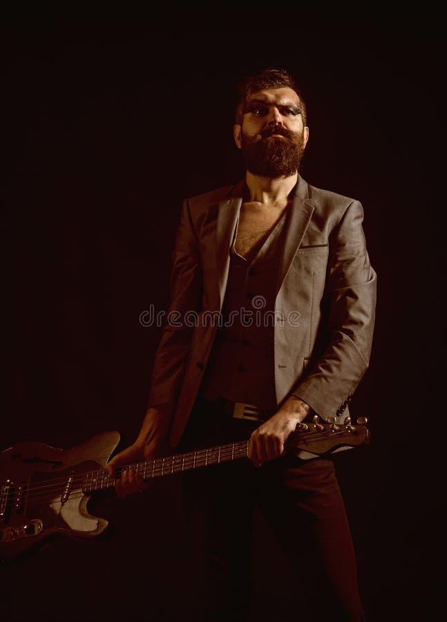 Músico o jugador de música Músico With Electric Guitar Músico barbudo con la guitarra Músico de la roca con la secuencia imagen de archivo libre de regalías