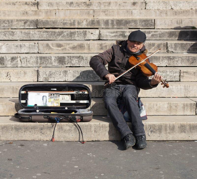 Músico Playing um violino para o dinheiro fotos de stock royalty free