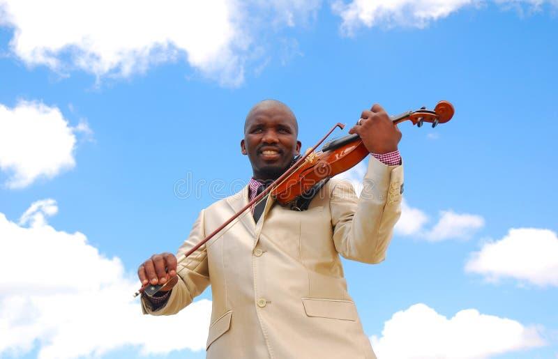 Músico preto que joga o violino imagens de stock royalty free