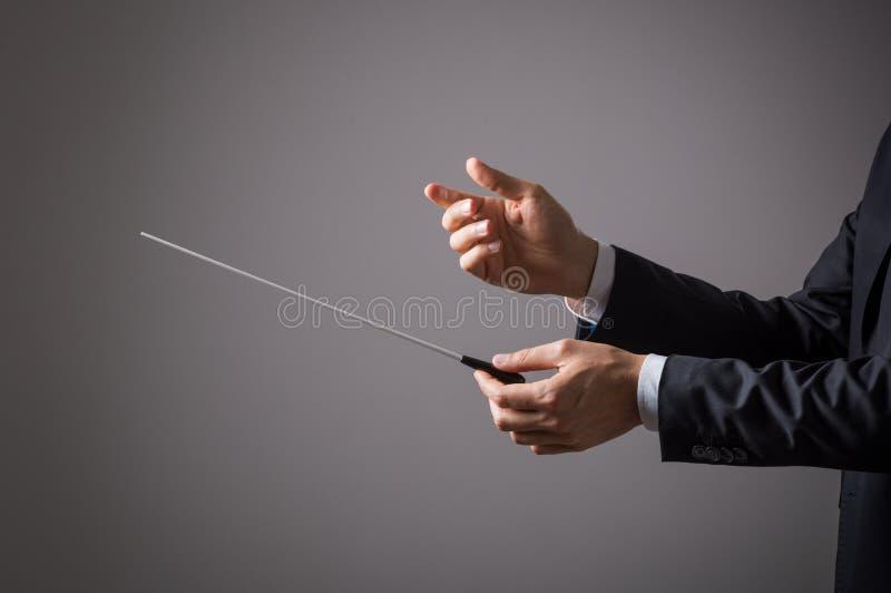 Músico que guarda o bastão imagem de stock