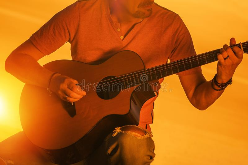 Músico que joga a guitarra imagem de stock royalty free