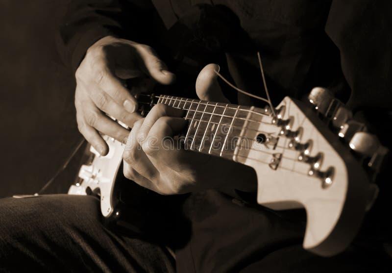 Músico que joga a guitarra fotografia de stock