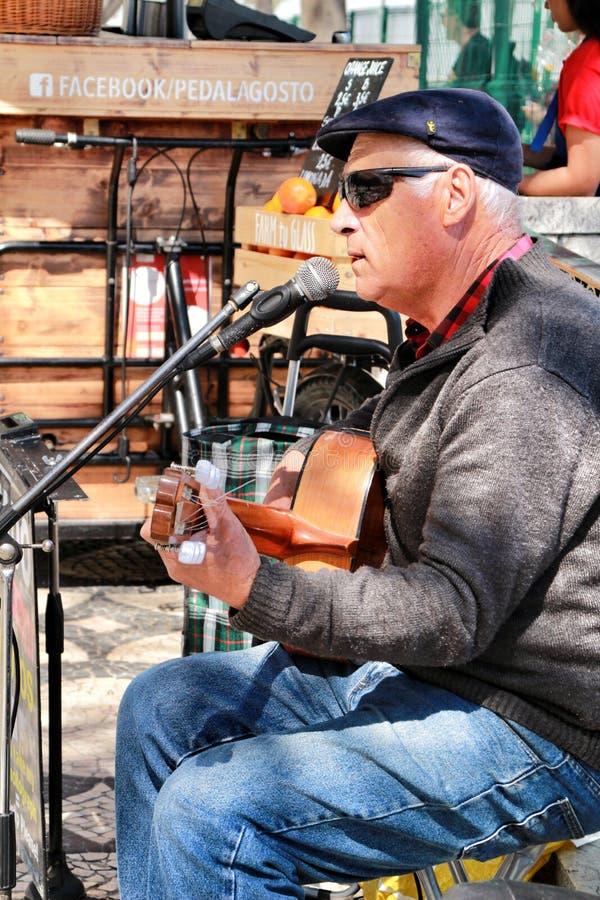 Músico que joga a guitarra em um ponto de vista em Lisboa imagens de stock royalty free